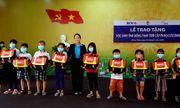 Trao tặng 500 cặp phao cứu sinh cho trẻ em nghèo, hiếu học ở vùng lũ