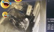 Video: 2 tên trộm tháo chạy thục mạng vì bị chủ nhà phát hiện trong lúc cắt khóa xe máy