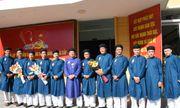 Chùm ảnh: Nam công chức ngành văn hóa Huế mặc áo dài truyền thống đến công sở