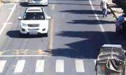 Video: Xe ô tô chở bình khí nén bất ngờ phát nổ trên đường