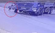 """Dắt cháu đi vào """"điểm mù"""" của xe tải, người bà tử vong thương tâm"""