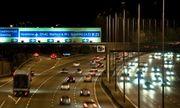 Nhoài người ra của sổ ô tô để quay video, cô gái người Anh ngã nhào xuống đường cao tốc