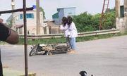 Đang đi học thì xe đổ giữa đường, 2 nữ sinh lập tức lấy điện thoại làm hành động này khiến dân mạng ngán ngẩm