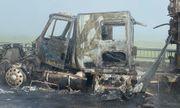 Đang lưu thông trên quốc lộ, xe container bất ngờ bốc cháy dữ dội