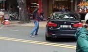 TP.HCM: Mâu thuẫn, nam thanh niên vác gậy sắt đập xe BMW giữa đường