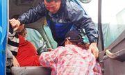 Bộ đội giúp sản phụ chuyển dạ vượt 20km nước lũ đến bệnh viện sinh con