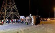 Ô tô chở 40 công nhân bị lật do xe tải đâm: 1 nạn nhân tử vong, nhiều người bị thương