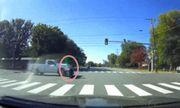 Thót tim cảnh ôtô vượt đèn đỏ, xe máy kịp thoát khỏi