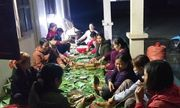Người dân Nghệ An trắng đêm nấu hàng ngàn chiếc bánh chưng chuyển vào vùng lũ