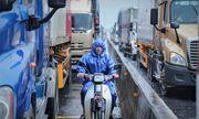 Quảng Bình: Quốc lộ bị ngập sâu xếp dài cả km, xe cộ chờ hàng giờ để qua điểm lụt