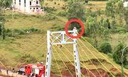 Thanh niên trèo lên cầu dây văng định tự tử vì bị cha vợ mắng quá nhiều
