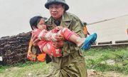 Xúc động khoảnh khắc chiến sĩ công an bế bé gái gãy tay vội vã lên ô tô tới bệnh viện trong mưa lũ