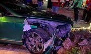 Tin tai nạn giao thông mới nhất ngày 23/10/2020: Siêu xe Bentley 25 tỷ nát đầu sau cú tông bồn cây ở Hà Nội
