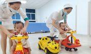 Cặp song sinh Trúc Nhi-Diệu Nhi tái khám, thích thú chơi đua xe cùng bác sĩ