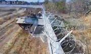 Video: Lính Nga say rượu lái xe thiết giáp đâm sập tường rào sân bay quốc tế