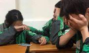 Lặng người trước câu chuyện 3 sinh viên mặc áo xe ôm công nghệ ngồi khóc ở cuối lớp