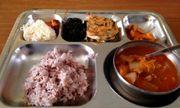 Khám phá suất ăn trưa của học sinh Hàn Quốc, đầy đủ các món từ Á đến Âu