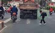 Video: Nữ sinh cúi đầu cảm ơn khi được tài xế nhường đường gây