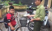 Hà Nội: Học sinh lớp 4 nhặt được tiền, đạp xe hơn 1km đến giao cho công an