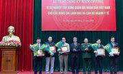 """Trao tặng Kỷ niệm chương """"Vì sự nghiệp xây dựng Quân đội nhân dân Việt Nam"""""""