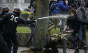 Video: Cảnh sát Pháp dùng hơi cay trấn áp nhóm người biểu tình hỗn loạn