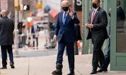 Ông Joe Biden lần đầu xuất hiện với giày tập đi sau chấn thương