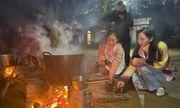 Hoa hậu Lương Thùy Linh nhóm bếp củi giữa núi rừng, nấu 2.000 bát phở cho trẻ em miền tây xứ Nghệ