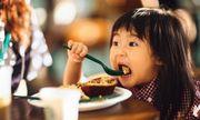 5 cách ăn sáng phổ biến mẹ hay áp dụng mà không hề biết đang hại con