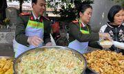 Ấm tình bữa cơm thiện nguyện tại bệnh viện K Tân Triều