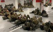 Vệ binh quốc gia Mỹ nằm ngủ trong hầm để xe của toà nhà Quốc hội sau khi kết thúc nhiệm vụ