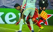 Suarez bị phát hiện chơi tiểu xảo, cấu đùi đối thủ