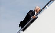 Video: Tổng thống Biden 2 lần vấp ngã khi bước lên chuyên cơ Không lực Một
