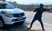 Nam tài xế lột áo, chửi bới CSGT: Người thân nói có vấn đề về thần kinh