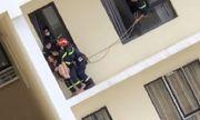 Giải cứu cô gái ngồi trên ban công tầng 18 chung cư có ý định tự tử