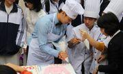 20/11: Ca sĩ Duy Khoa cùng học sinh làm bánh kem tri ân thầy cô