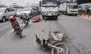 Xe bồn chở xăng tông hàng loạt xe máy chờ đèn đỏ
