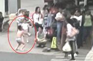 Đời sống - Chạm vào mông bạn nữ trên lớp, cậu bé bị mẹ phạt mặc đồ lót đứng giữa đường