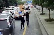 """Ôtô - Xe máy - Video: Giao thông tắc nghẽn, hai thanh niên chạy bộ """"dọn đường"""" cho xe cứu hỏa"""