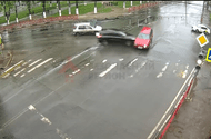 Ôtô - Xe máy - Video: Vượt đèn đỏ, SUV màu đen húc văng ô tô khác giữa giao lộ