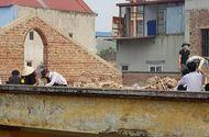 Xôn xao hình ảnh học sinh cá biệt bị phạt đẽo gạch trên mái nhà ở Bắc Ninh