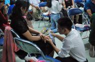 Giáo dục pháp luật - Xúc động hình ảnh học sinh lau tay cho cha mẹ trong buổi lễ tri ân