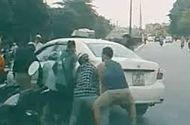 Ôtô - Xe máy - Video: Taxi đè xe máy, cả chục người đi đường lao vào nâng ôtô cứu người
