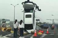 Ôtô - Xe máy - Video: Ô tô chở 3 phụ nữ đâm vào cột biển báo, xe dựng đứng giữa đường