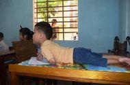 Giáo dục pháp luật - Cậu bé 7 tuổi liệt tứ chi và nghị lực phi thường khi viết chữ bằng miệng