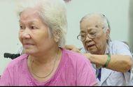 Việc tốt quanh ta - Bác sĩ gần 90 tuổi vẫn miệt mài khám bệnh miễn phí cho các bệnh nhân cao niên