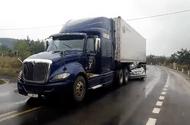 Tin trong nước - Ô tô 4 chỗ chui vào gầm container, 2 người chết trong cabin