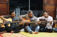Việc tốt quanh ta - Chuyện người đàn ông bị bệnh hiểm nghèo nhận 4 đứa con nuôi và mở lớp dạy nhạc miễn phí