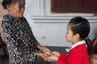 Việc tốt quanh ta - Nhặt được chiếc ví chứa nhiều tiền mặt và 3 dây chuyền vàng, học sinh lớp 3 tìm trả lại người đánh rơi