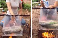 """Cộng đồng mạng - Dùng túi nilon nấu cá cực điệu nghệ, cô gái khiến dân mạng """"tròn mắt"""" ngạc nhiên"""