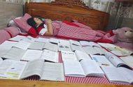 """Giáo dục pháp luật - Cười ngất với muôn vàn kiểu ôn bài """"bá đạo"""" của học sinh mùa thi"""